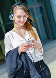 Ładny pracownik słucha muzyka w przodzie jej biuro Zdjęcia Stock