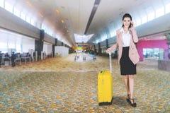 Ładny przedsiębiorca z telefonem w lotniskowej sala zdjęcia royalty free