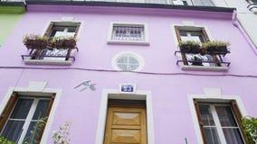 Ładny purpura dom dekorował z kwiatami, piękna ulica w Paryż, Francja zbiory wideo
