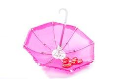 Ładny różowy parasol z romantycznymi sercami obrazy royalty free