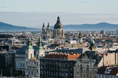 Ładny ranku widok St Stephen katedra i podupadła część śródmieścia Farny kościół od Gellert wzgórza punkt widzenia, Budapest (Bel zdjęcie royalty free