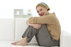 Ładny relaksuje kobiety jest ubranym chustka na głowę Fotografia Stock