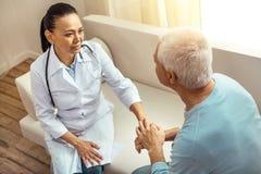 Ładny starszy pacjent trzyma jego pielęgniarki rękę Zdjęcie Royalty Free