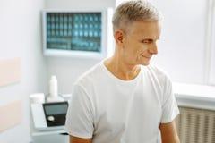 Ładny starzejący się mężczyzna odwiedza szpital obrazy royalty free
