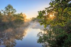 Ładny sunrice krajobraz nad rzeką obraz stock