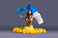 Ładny tancerz w żółtym kostiumowym obsiadaniu na podłoga Obraz Royalty Free