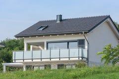 Ładny weekendu dom z wielkim balkonem i panoramiczny okno dla pięknego widoku wieś fotografia stock