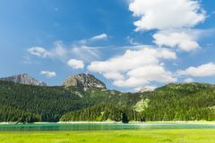 Ładny widok błękitne góry i jezioro Obrazy Royalty Free