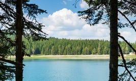 Ładny widok błękitne góry i jezioro Obraz Stock