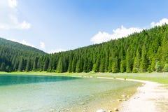 Ładny widok błękitne góry i jezioro Zdjęcia Royalty Free