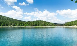 Ładny widok błękitne góry i jezioro Zdjęcie Stock