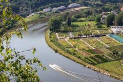 Ładny widok od wzgórza Rivnac Vltava meander z łodzią zdjęcia stock