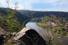 Ładny widok od wzgórza Rivnac Vltava meander z brzozy drzewem obraz stock