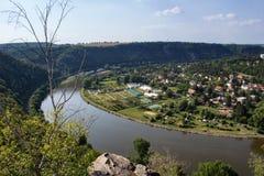 Ładny widok od wzgórza Rivnac Vltava meander z drzewem zdjęcia stock