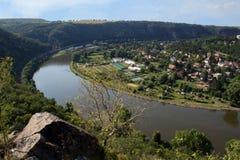 Ładny widok od wzgórza Rivnac Vltava meander z małą brzozą tr zdjęcia stock