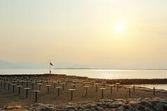 Ładny widok plaża na Jeziornym Gardzie przy zmierzchem Zdjęcie Royalty Free