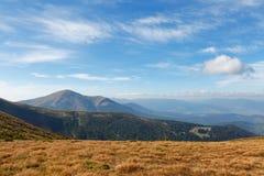 Ładny widok wysokogórski niebieskie niebo nad góry i dolina Dramatyczna jesieni scena Piękno świat _ Obraz Stock