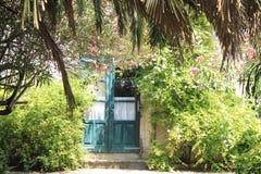 Ładny widok zamknięty drzwi i zieleń uprawiamy ogródek obrazy royalty free