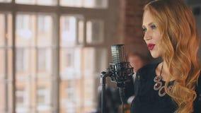 Ładny wokalista w czerwieni spódnicie z jaskrawym uzupełniał wykonywać przy mikrofonem jazzes zbiory wideo