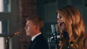 Ładny wokalista z zmrokiem uzupełniał wykonywać na scenie przy koncertowym mikrofonem jazzes zbiory wideo