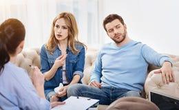 Ładny zanudzający mężczyzna obsiadanie w psychologach biurowych Obraz Royalty Free