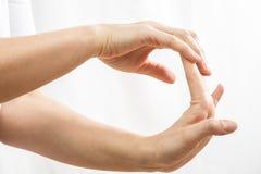 Ładować dla ręk, łączny ból, kobiety ` s wręcza zbliżenie zdjęcia royalty free