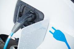 Ładować Elektrycznego samochód Zdjęcia Royalty Free