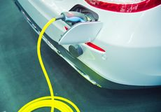 Ładować elektryczny samochód zdjęcia stock