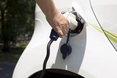 Ładować elektryczny samochód zdjęcia royalty free