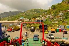 Ładować prom przy ruchliwie portem w karaibskim Fotografia Royalty Free
