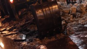 Ładowaczów brokes lód w nocy zbiory wideo