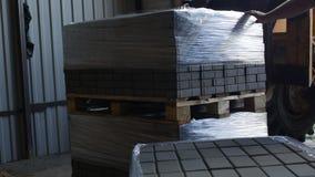 Ładowacz ładuje skończonego łączący betonowych brukarzy zbiory