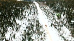 Ładowna szalunek ciężarówka jedzie wzdłuż śnieżnej drogi i niesie bele zbiory wideo