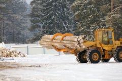Ładownicza tarcica Las bele, rozładowywają ciągnika promieni brudu lasowy przemysł ładował drogową przyczepę target2389_0_ ciężar Obraz Stock