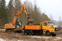 Ładownicza ziemia na Sisu ciężarówce z Liebherr R918 śpioszkiem Excavato Zdjęcie Stock