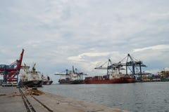 Ładowniczy i Rozładunkowy zbiornik przy Tanjung Priok portem Zdjęcie Royalty Free
