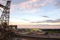 Ładowniczy terminal dla ładować masowego ładunek chemiczny siarczany denni masowi przewoźniki używa brzeg żurawia Beaumont, Teksa obraz stock