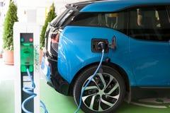 Ładuje bateria elektryczny pojazd obraz stock