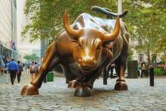 Ładuje byk rzeźba w Miasto Nowy Jork Zdjęcie Stock