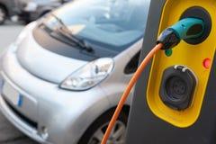 Ładuje elektryczny dziecko samochód zdjęcia stock