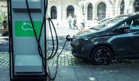 Ładuje istny elektryczny samochód na ulicie które są przyszłością samochód obraz stock