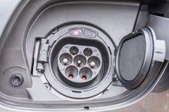 Ładuje nasadka samochód z elektryczną przejażdżką fotografia stock