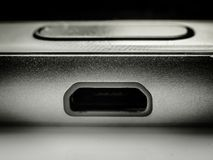 Ładuje nasadka w telefonie komórkowym na makro- skala obrazy royalty free