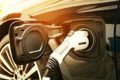 Ładuje nowożytna elektryczna samochodowa bateria na ulicie które są fotografia royalty free