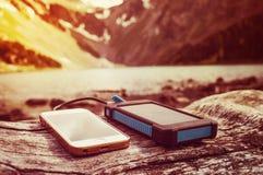 Ładuje smartphone telefon od słonecznej baterii Obraz Royalty Free