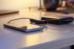 Ładuje smartphone z władza bankiem Fotografia Royalty Free
