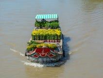 Ładunek łodzie niosą kwiaty na rzece obrazy stock