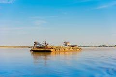 Ładunek barka na Irrawaddy rzece, Bagan, Myanmar, Birma Odbitkowa przestrzeń dla teksta obrazy stock