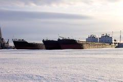 Ładunek barki są w zima parking miasto Petrozavodsk zdjęcia royalty free