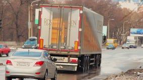 Ładunek ciężarówka z ROSHEN ciasteczka logo na czerwonym światła ruchu przy rozdroża Zwyczajny skrzyżowanie Znaków firmowych cuki zdjęcie wideo